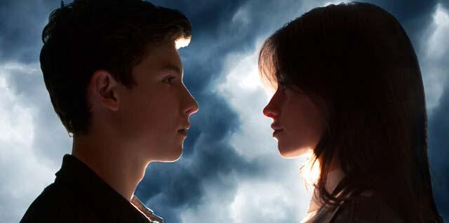 """出生于1998年的小鲜肉肖恩·蒙德兹(Shawn Mendes)是继贾斯汀·比伯后的另一位加拿大优秀年轻歌手,清澈的嗓音一如当年14岁刚出道的比伯。2015年肖恩的首张专辑《Handwritten》发行并在美国大卖,年底的再版专辑收录了这首最新单曲《I Know What You Did Last Summer》。歌曲是肖恩与美国女子组合""""五美""""(Fifth Harmony)的一员——97年出生的卡米拉·卡贝洛("""