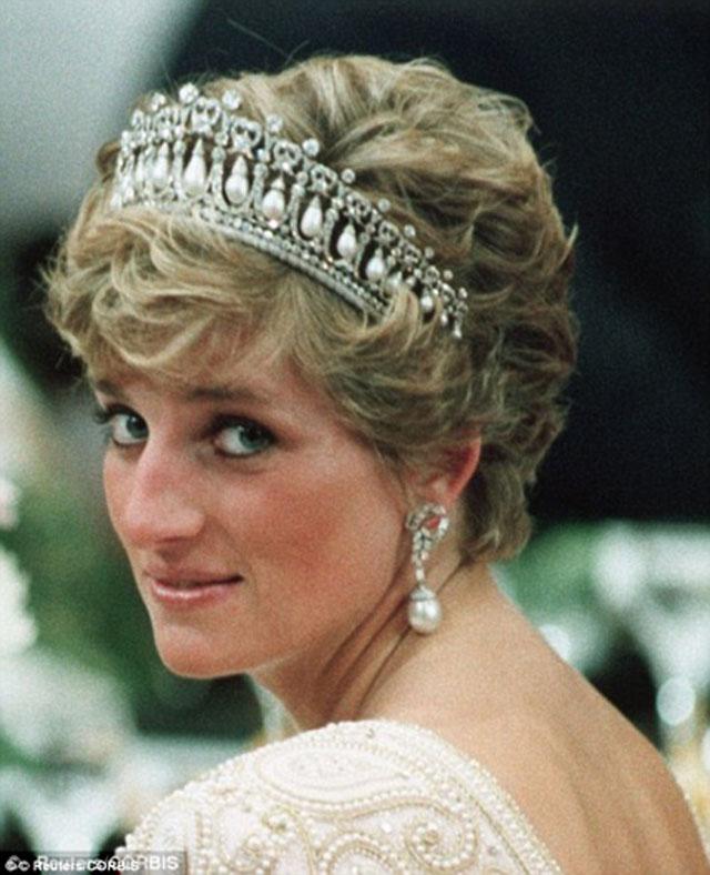 这不,最近参加白金汉宫举办的外交招待会时,凯特王妃又上了头条!除了一贯时尚、得体的形象,让外媒疯狂的是凯特王妃第一次戴上了戴安娜王妃的皇冠。这顶剑桥情人结皇冠是戴妃生前最钟爱的王冠之一。英国《每日邮报》补脑说这是凯特王妃在向自己从未谋面的婆婆致敬……